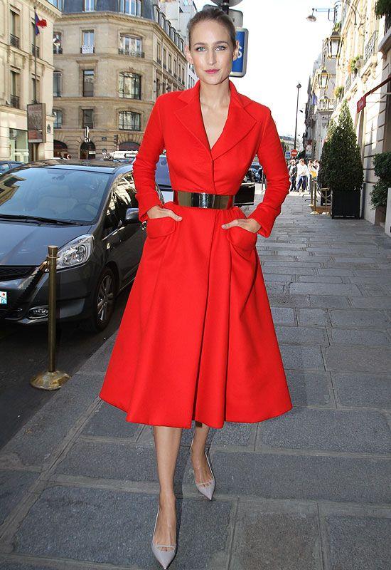 строга червена рокля