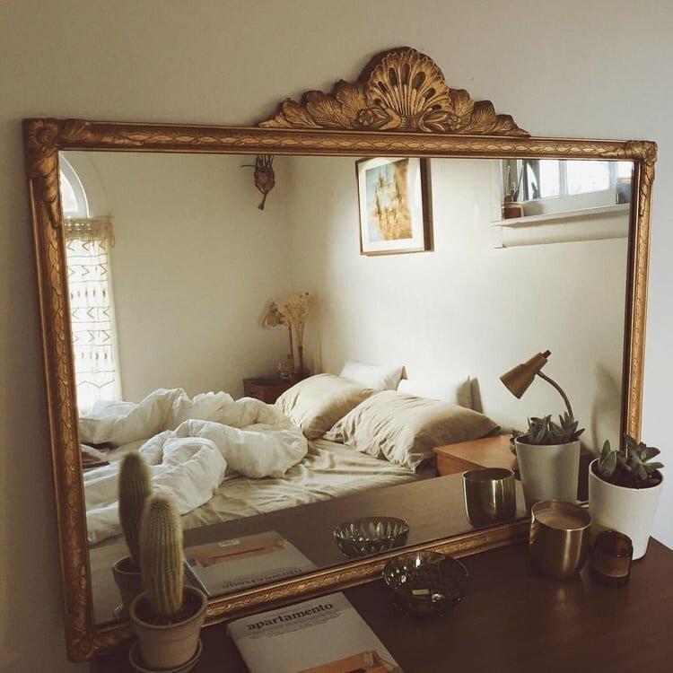 легло пред огледалото