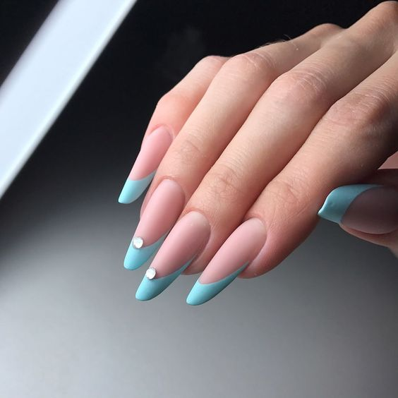 френски маникюр синьо