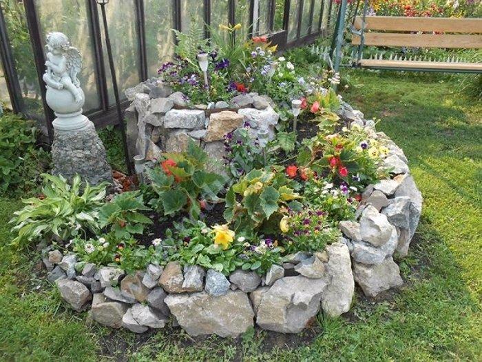 каменна композиция в двора