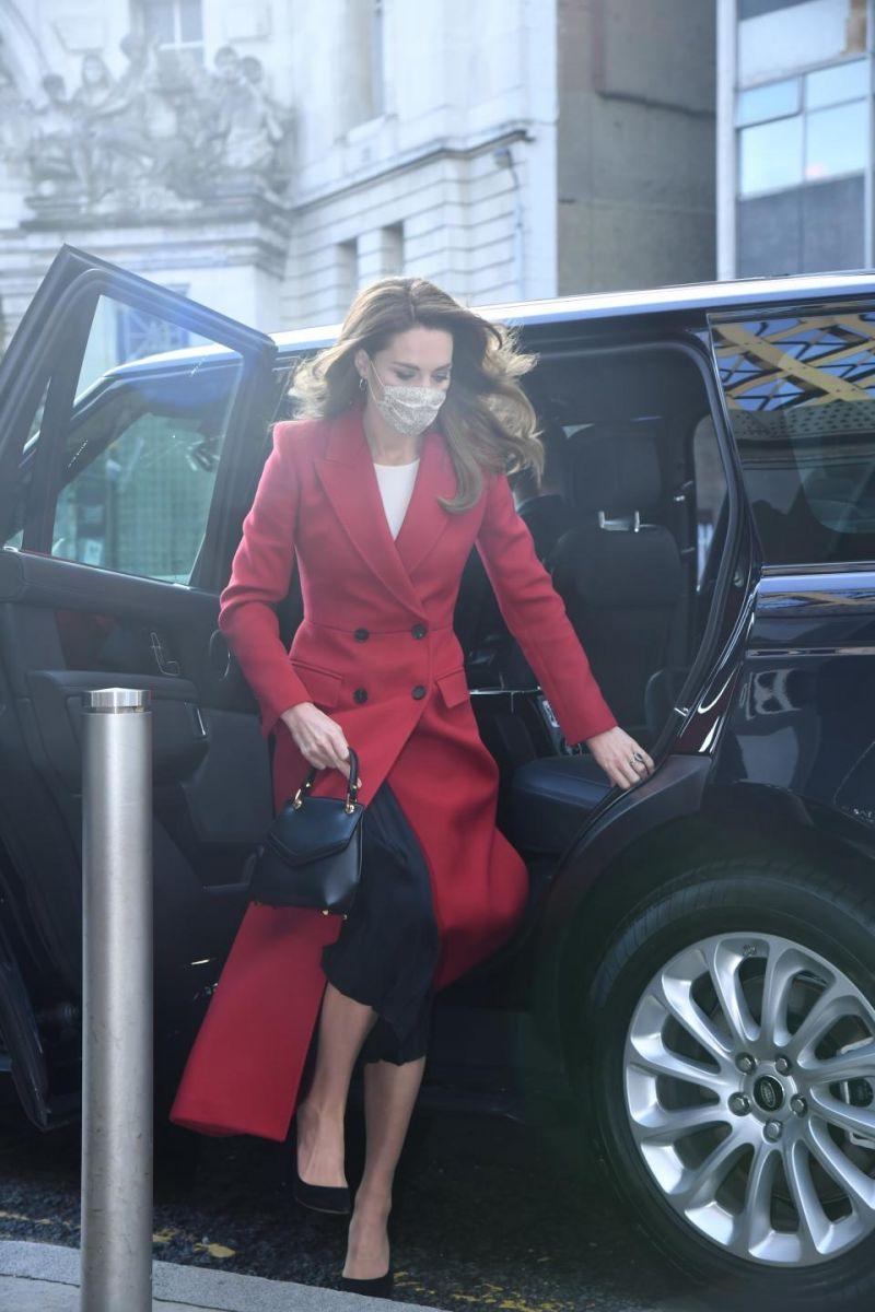 Кейт Мидълтън червено палто
