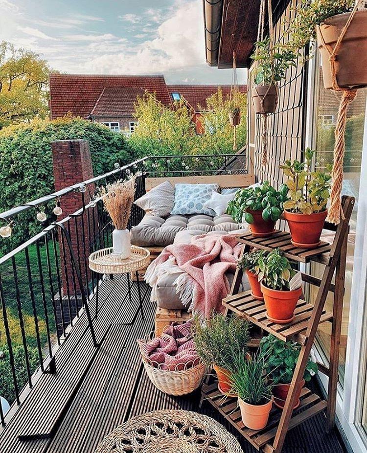 красив балкон с цветя