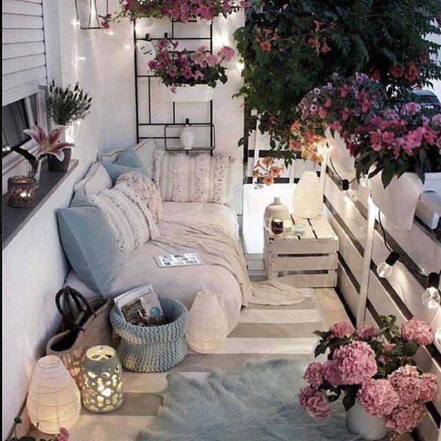 уютен балкон с диван