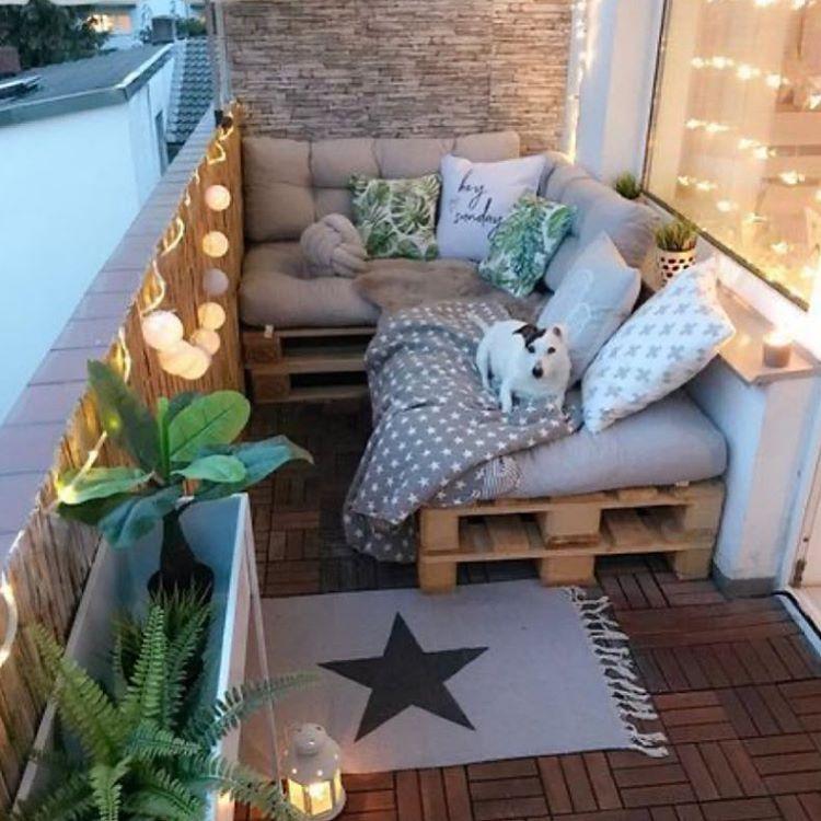 уютен диван на балкона