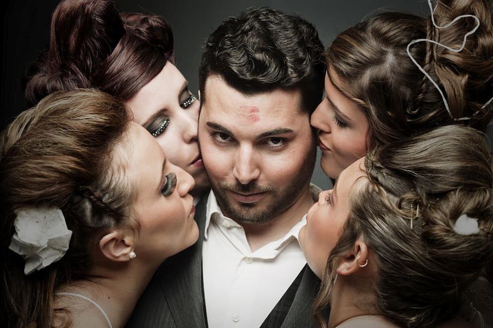 мъж с много жени