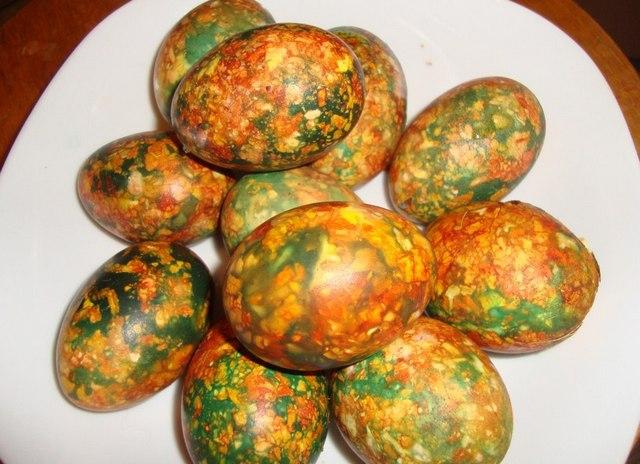 пъстри яйца с лук