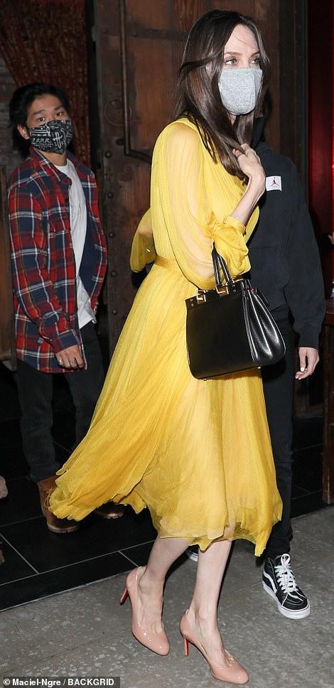 Джоли жълта рокля