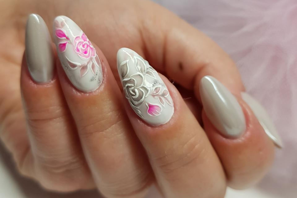 сив маникюр с розови цветя