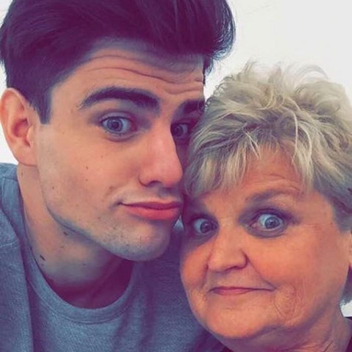 млад мъж с баба си