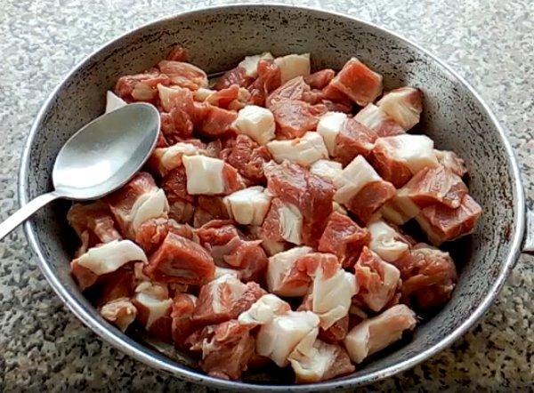 много месо в тигана