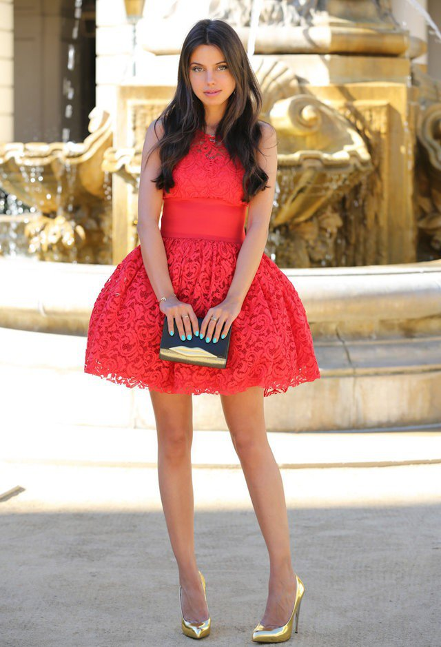 мини червена рокля