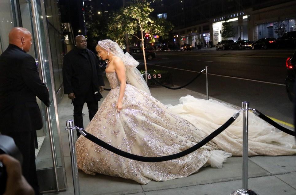 Дженифър Лопес рокля бяло
