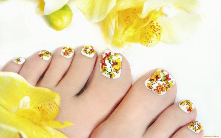 педикюр с жълти цветя