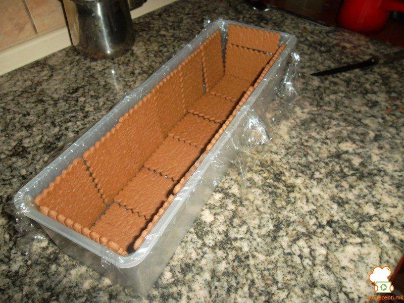 вертикална бисквитена торта