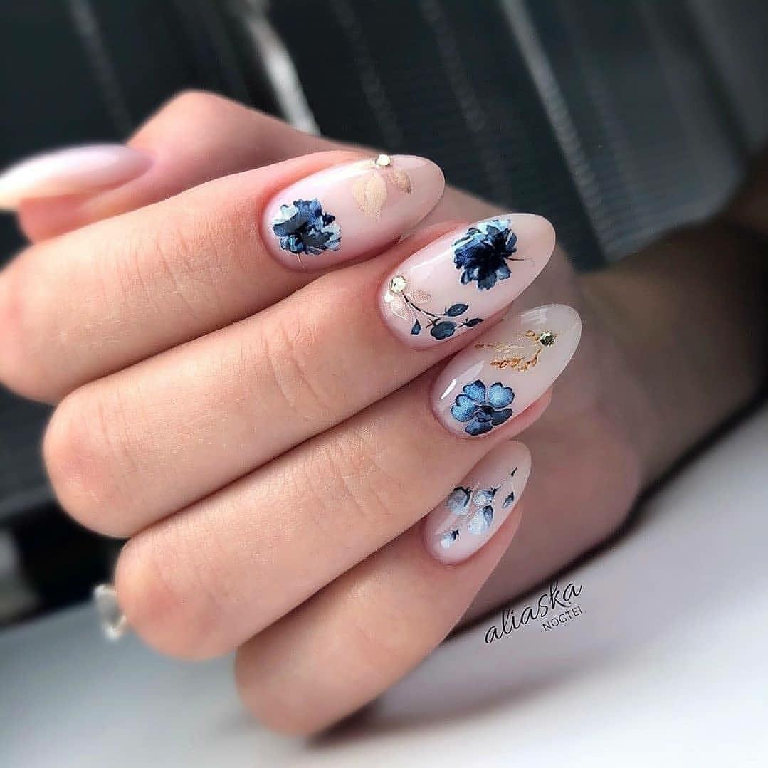 маникюр сини цветя
