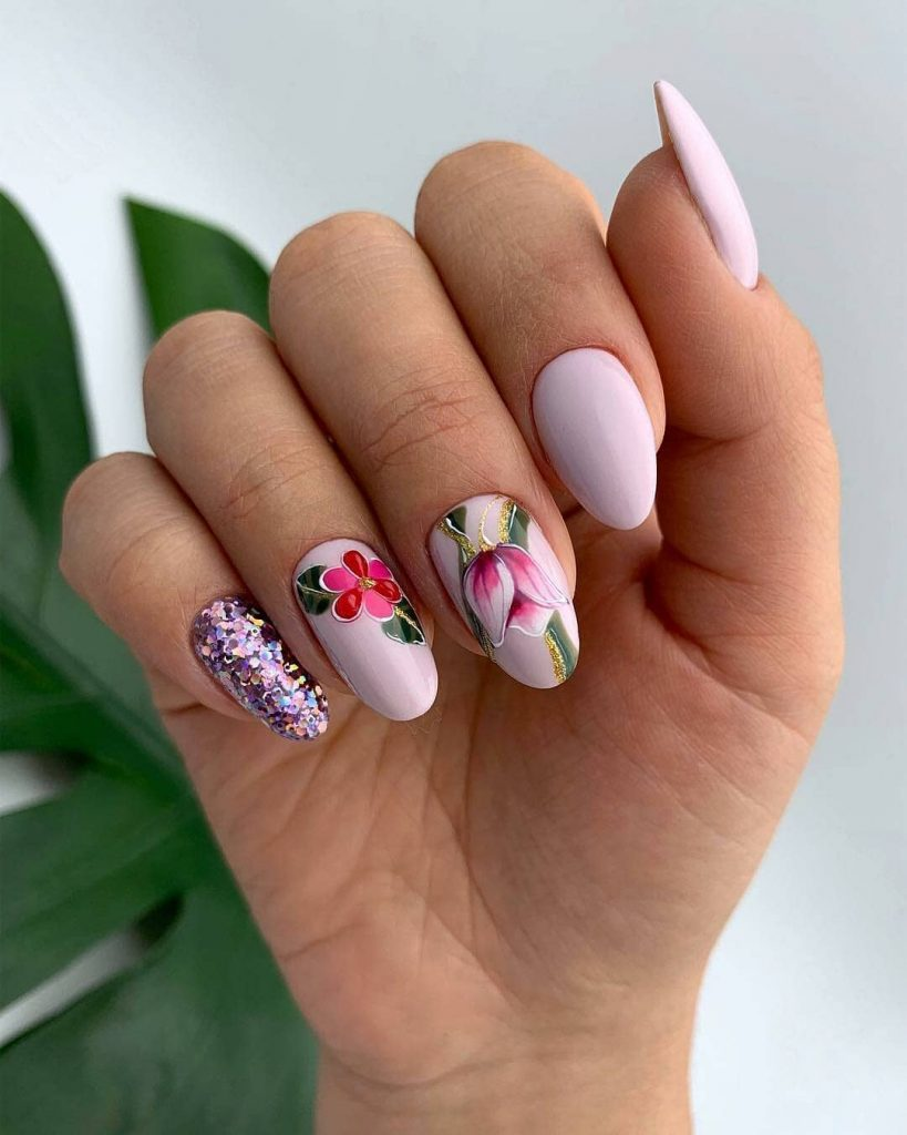 маникюр с блясък и цветя