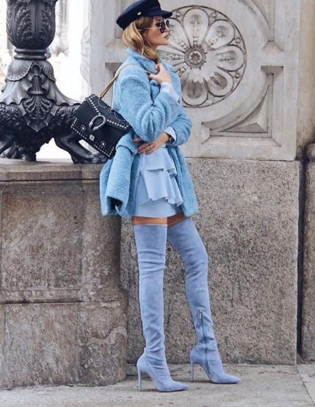 елегантна дама в синьо