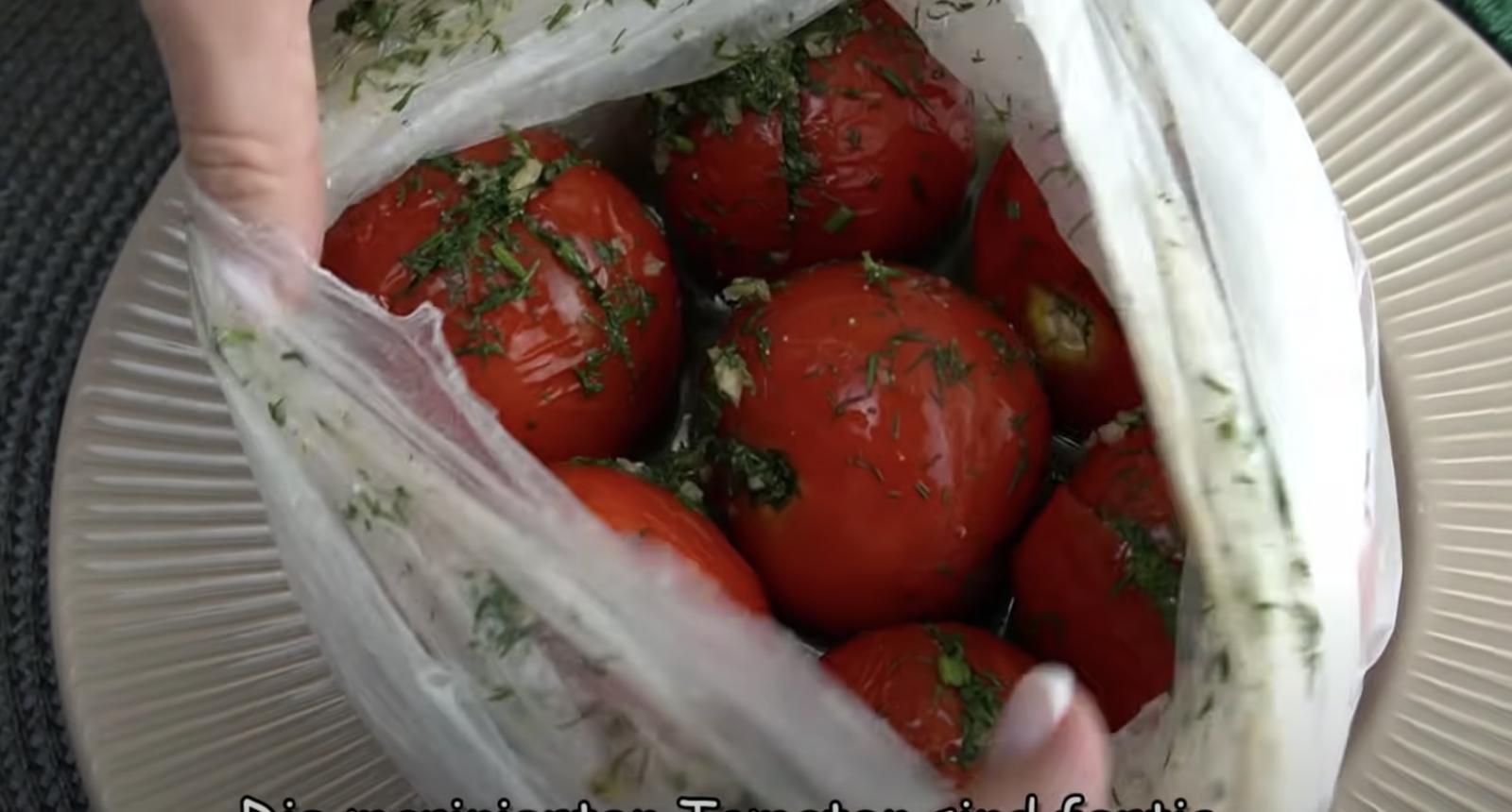 домати с копър и чесън в плик