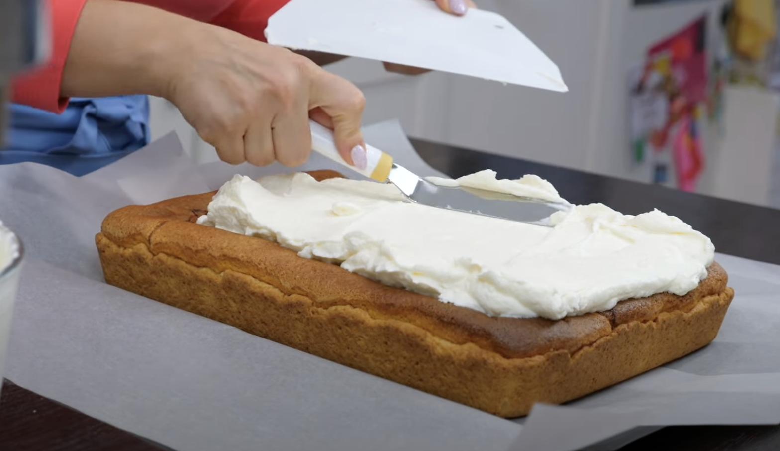 сметана върху торта