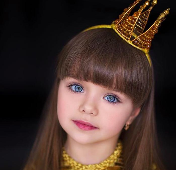 момиченце с корона