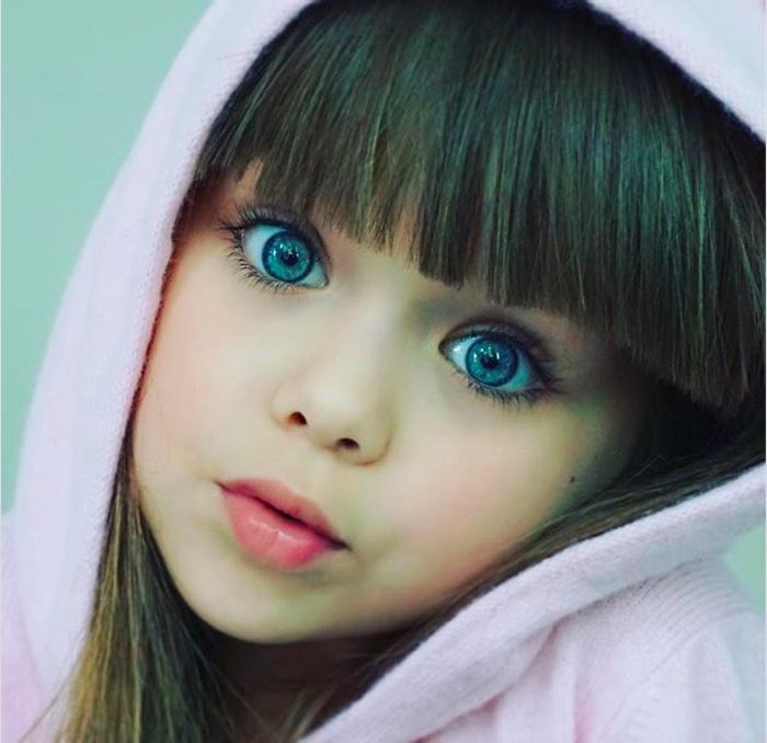 големи сини очи