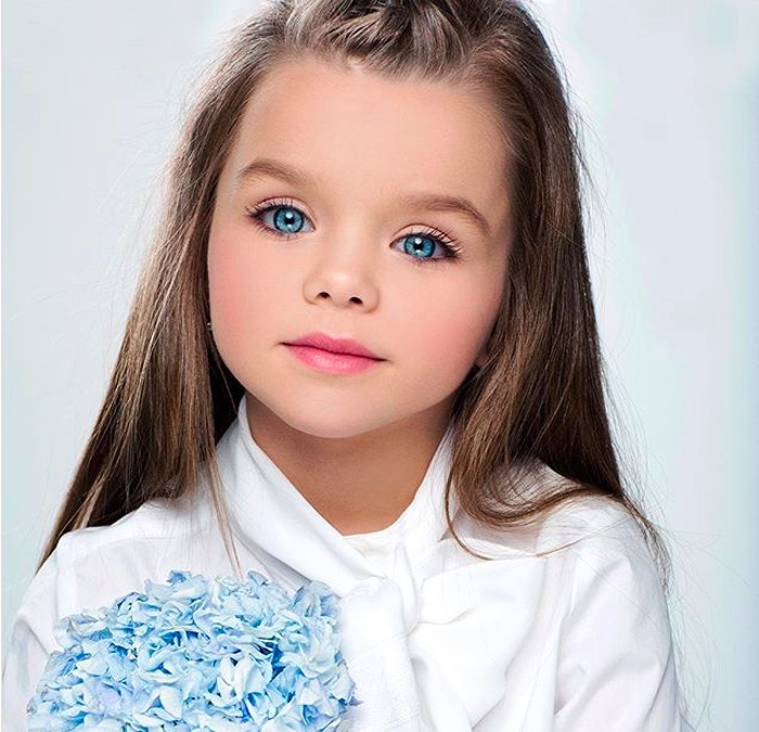момиче със сини очи