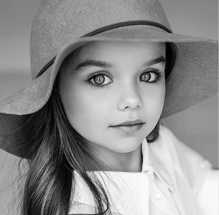 момиченце с красиви очи