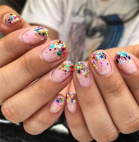 Празничен цветен маникюр за къси нокти