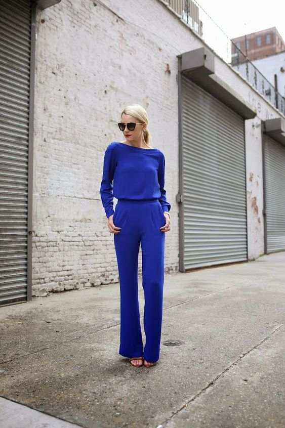 блондинка в кобалтово синьо