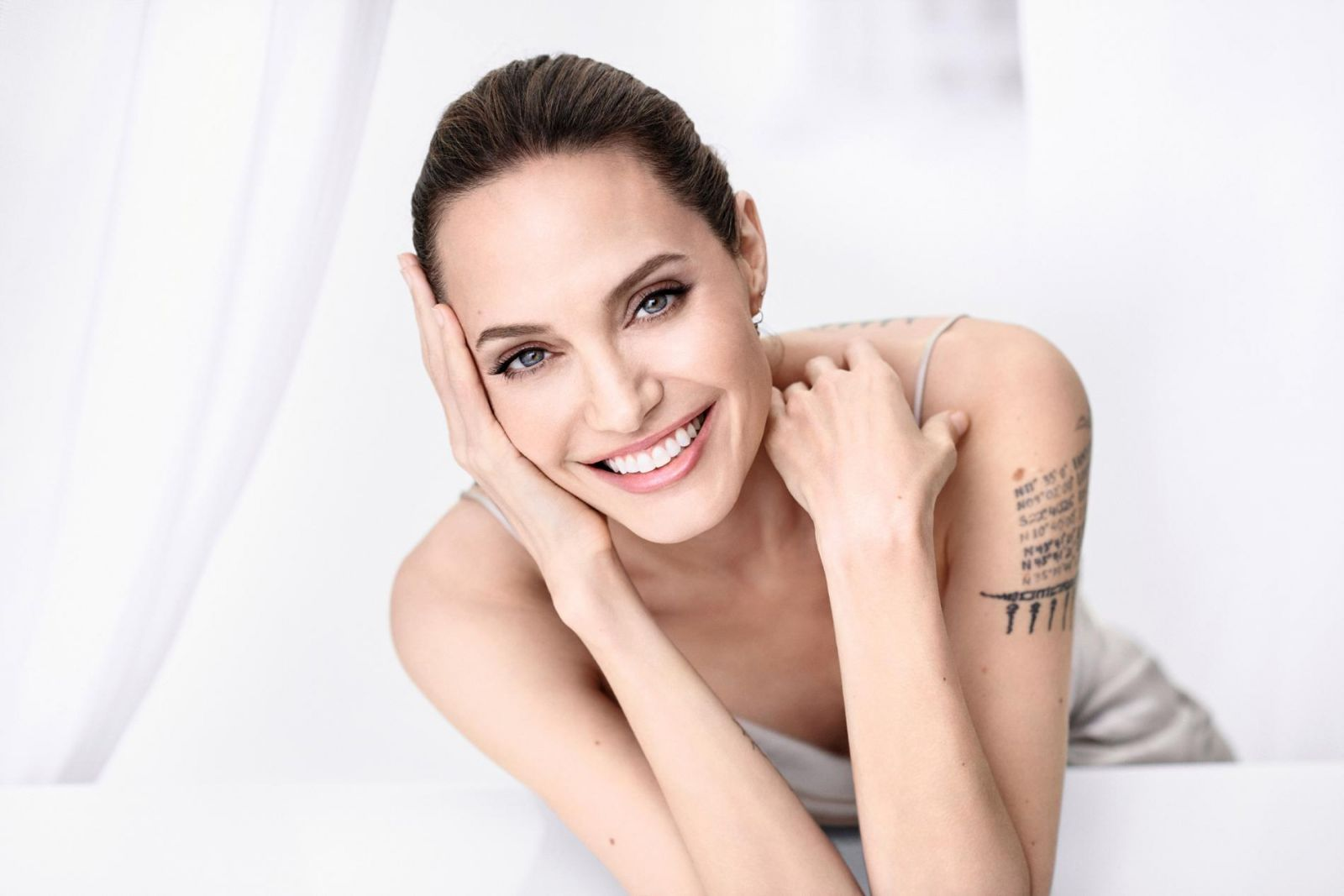 Анджелина усмивка