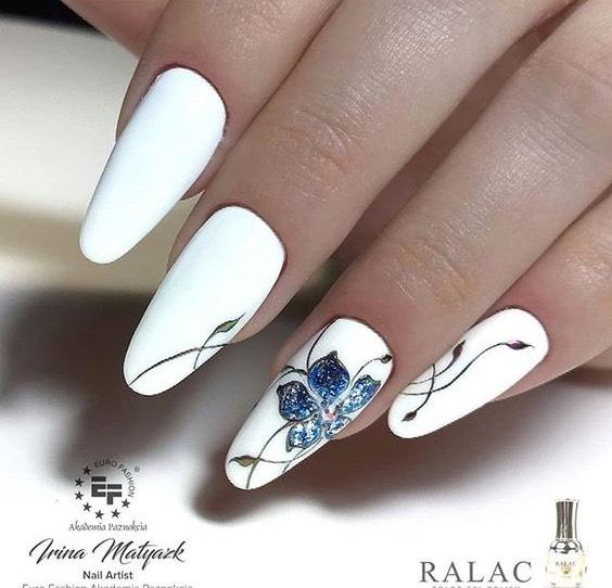 бял маникюр със сини цветя