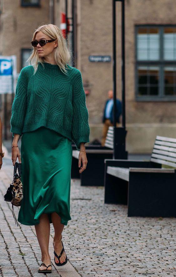 блондинка в зелено