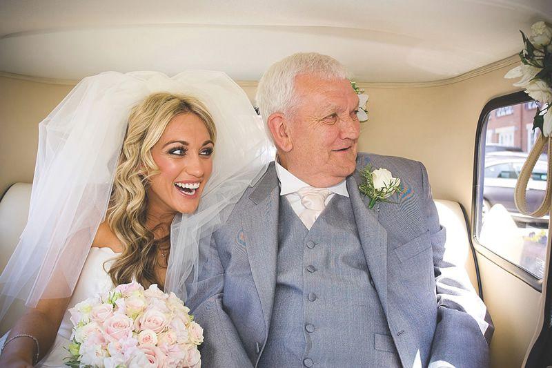 възрастен мъж с млада жена