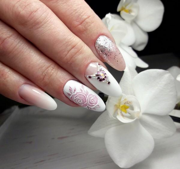 бял маникюр с нежно розово