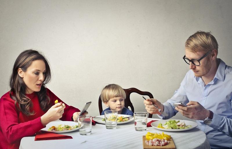 мобилни телефони на масата