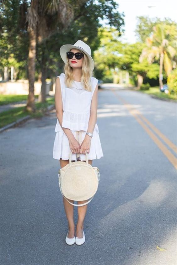 блондинка бяла рокля