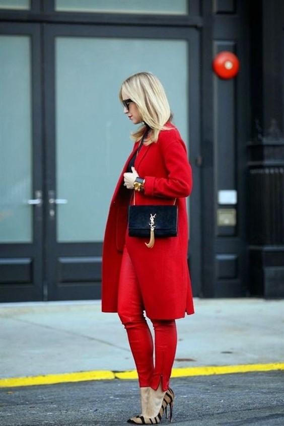 блондинка червен костюм