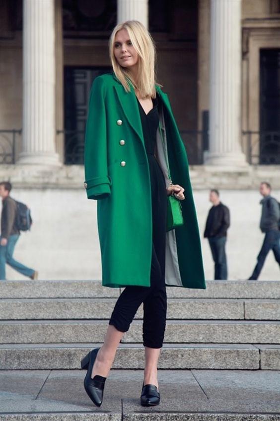 блондинка смарагдово палто