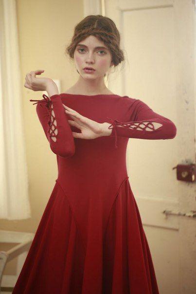 червена рокля с интересни ръкави