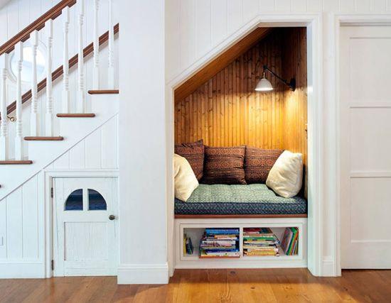 кът за четене под стълбите
