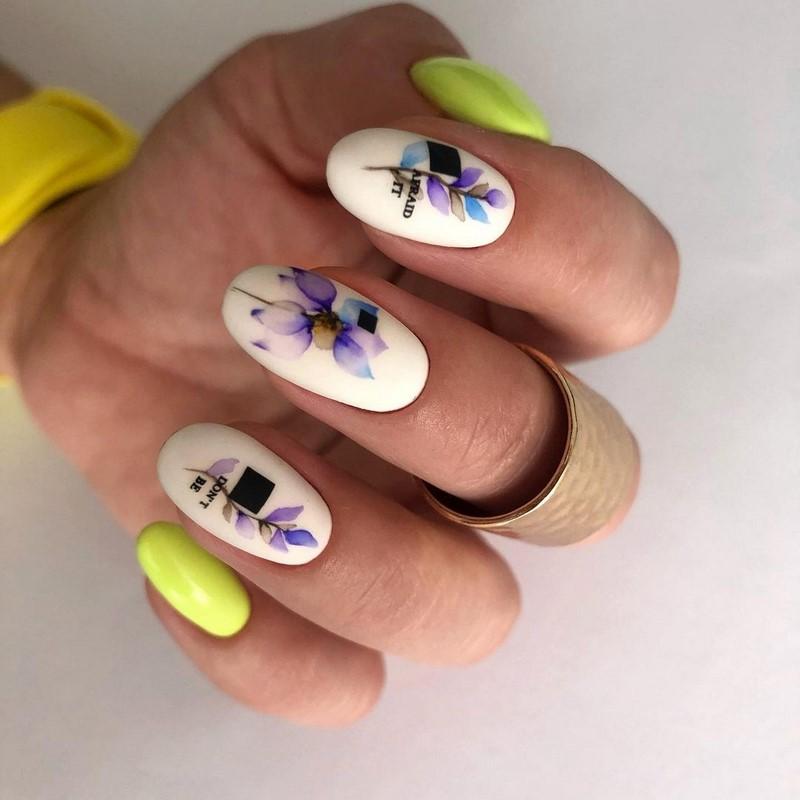 жълт маникюр с цветя