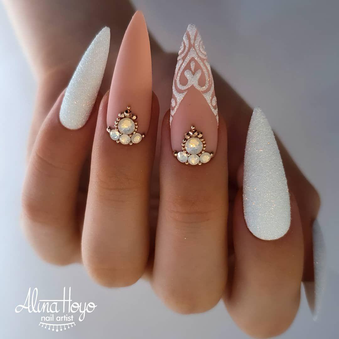 бял маникюр перли