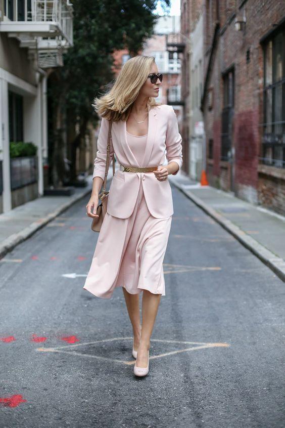 блондинка в светъл костюм