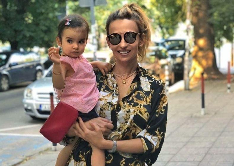 Малина с внучка си