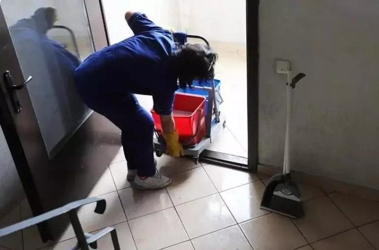 камериерка чисти