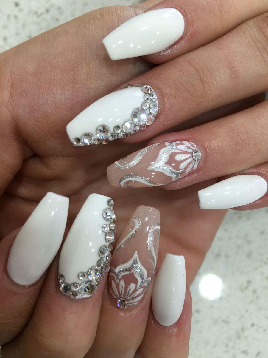 бял маникюр със сребро