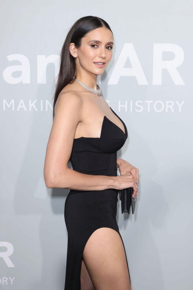 Нина Добрев черна рокля