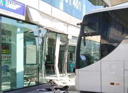 автобус се блъсна в автогара
