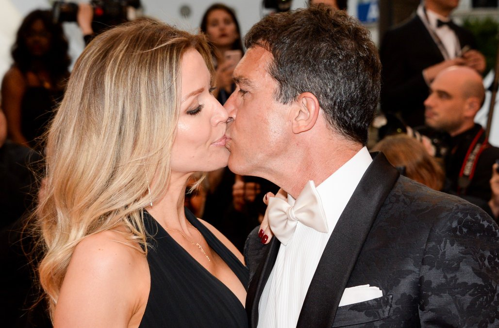 Бандерас целува приятелката си