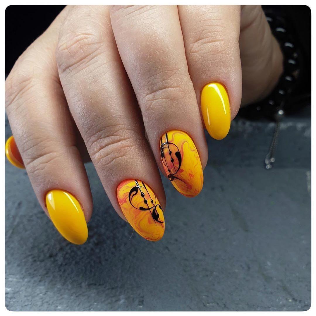 слънчев жълт маникюр